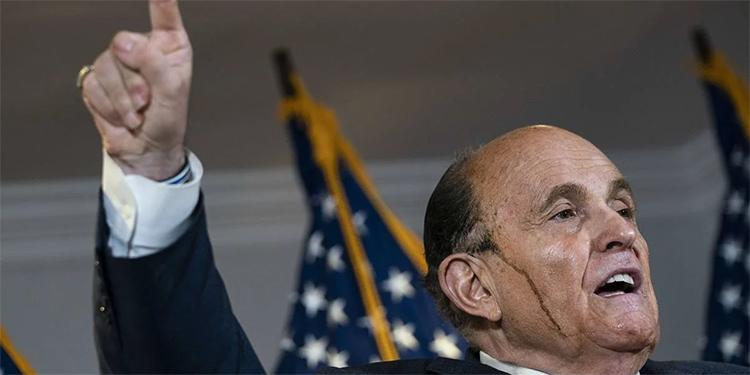 El tinte de Rudy Giuliani le juega mala pasada (Video)