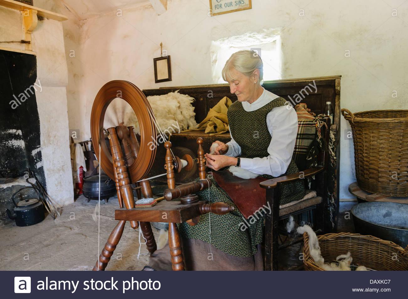 mujer-irlandesa-en-una-cabana-hilando-lana-daxkc7.jpg