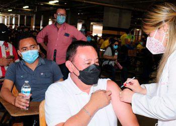 Abogados de diferentes edades que no habían tenido oportunidad de vacunarse, lo pudieron hacer ayer en la UNAH en la primera jornada de vacunación del CAH.